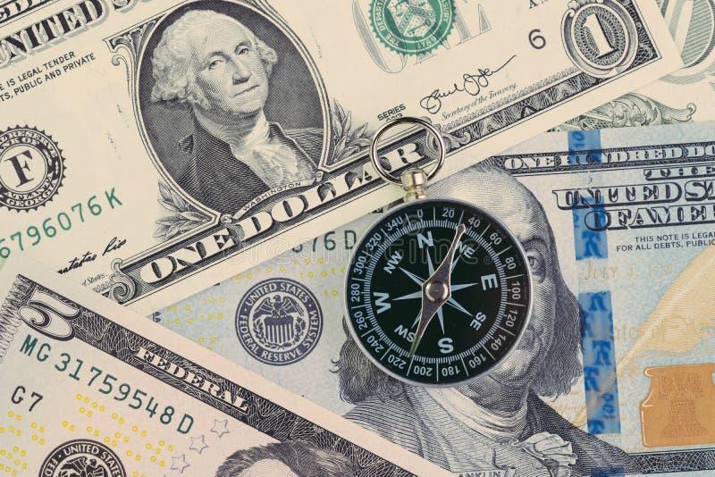 NAKARMOINY, Federal Reserve USA rządowy kierunek na stopy procentowej pojęciu, kompas na dolara amerykańskiego banknocie z Zdzicz fotografia royalty free