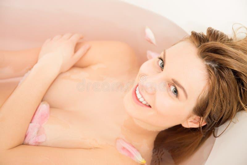 Naken kvinna i badkaret royaltyfria foton