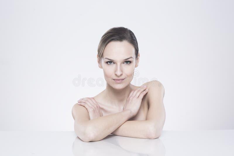 Naken kvinna med fängslande blick arkivfoto