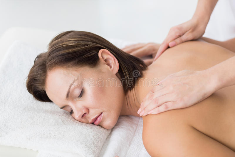 Naken massage för kvinnahäleribaksida royaltyfri foto