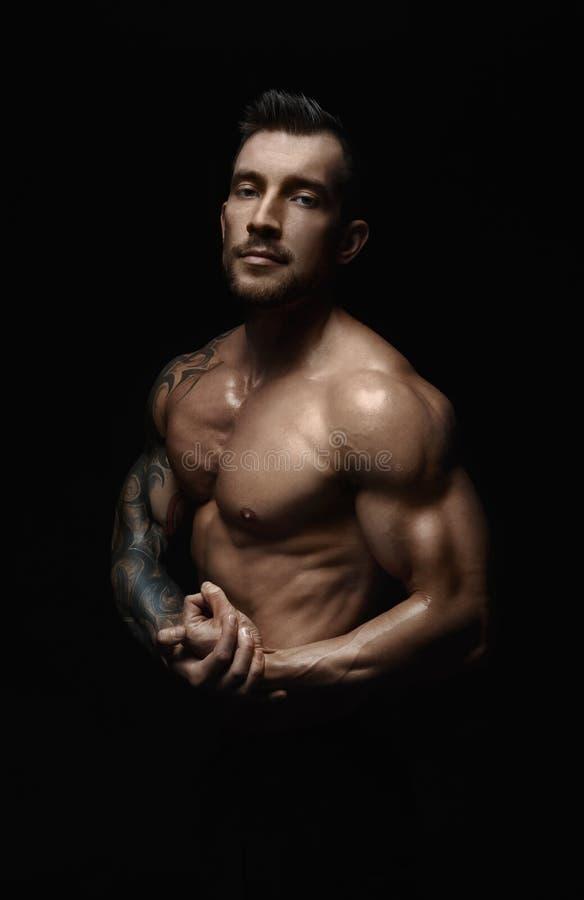 Naken muskulös kropp för starka idrotts- manshowes royaltyfria bilder