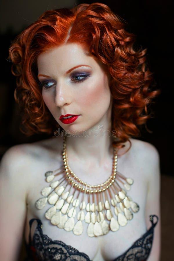 Naken sinnlig rödhårig flicka royaltyfri fotografi