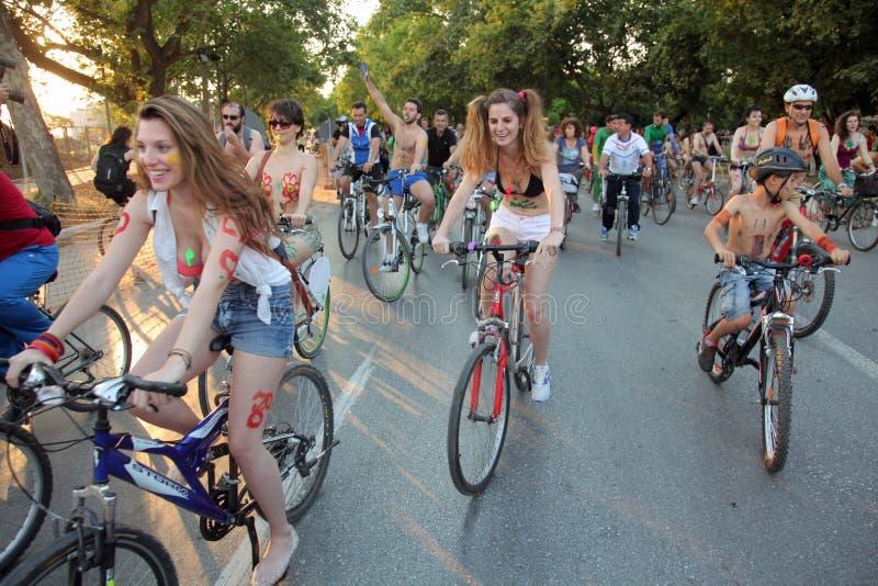 Naket cykellopp i Thessaloniki - Grekland royaltyfri fotografi