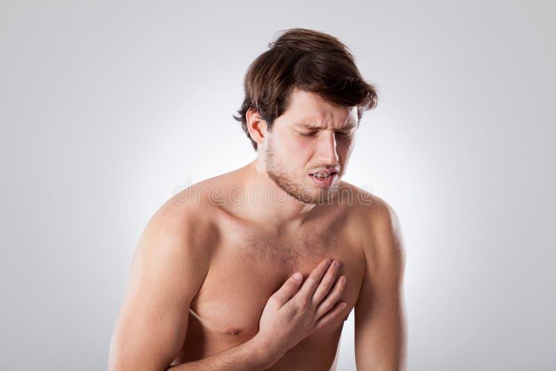 Naket manlidande från bröstkorg smärtar royaltyfri bild