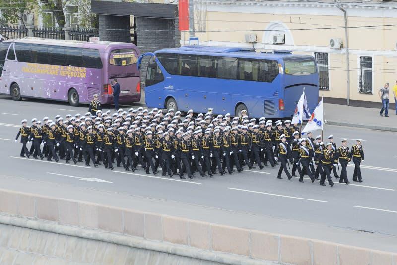 Nakhimov学校前进的军校学生 免版税图库摄影