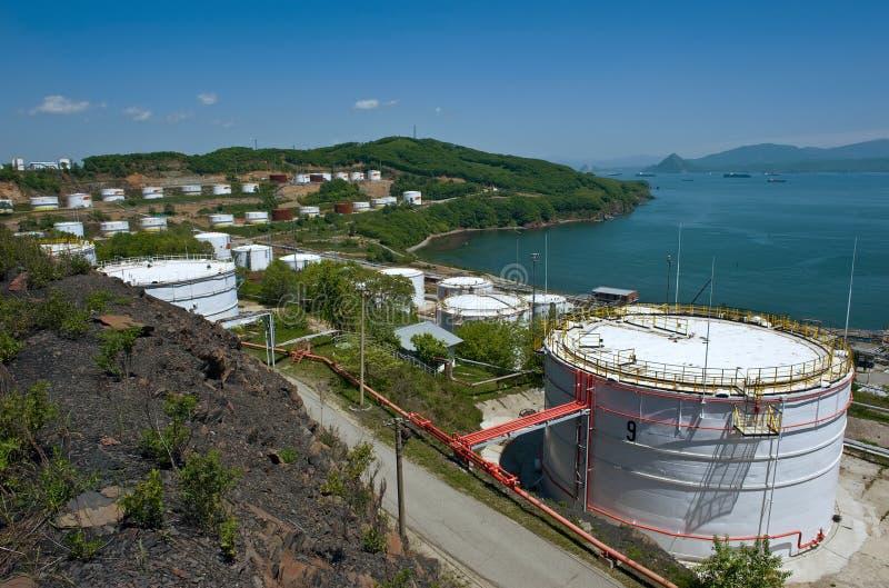 Nakhodka, Extremo Oriente de Rússia - 30 de maio de 2014: Central de petróleo de Rosneft no porto do dia de verão ensolarado de N foto de stock royalty free