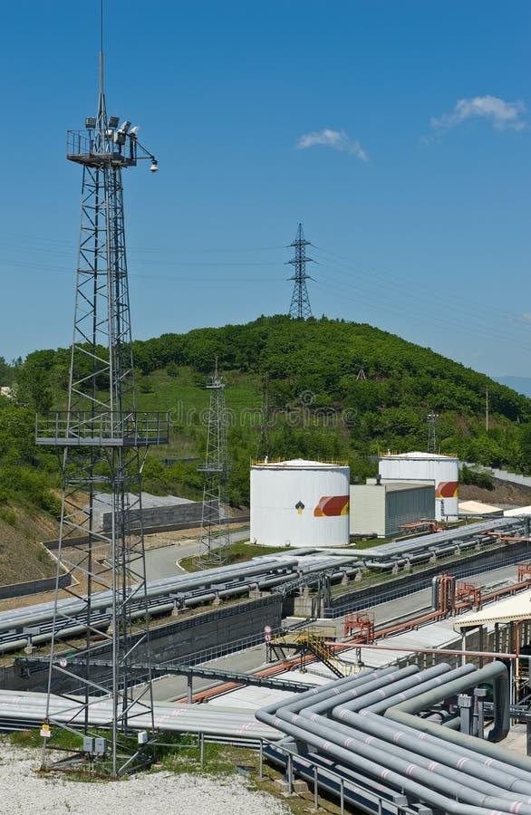 Nakhodka, Extremo Oriente de Rússia - 30 de maio de 2014: Central de petróleo de Rosneft no porto do dia de verão ensolarado de N foto de stock