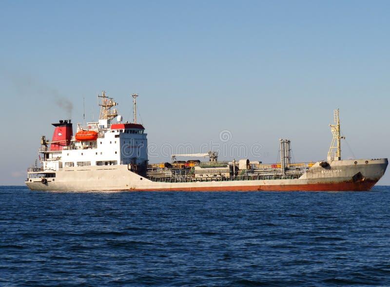 Nakhodka, Primorsky kray/Rússia - 25 de setembro de 2018: Petroleiro Belogorsk dos produtos petrolíferos na âncora perto do porto fotografia de stock royalty free