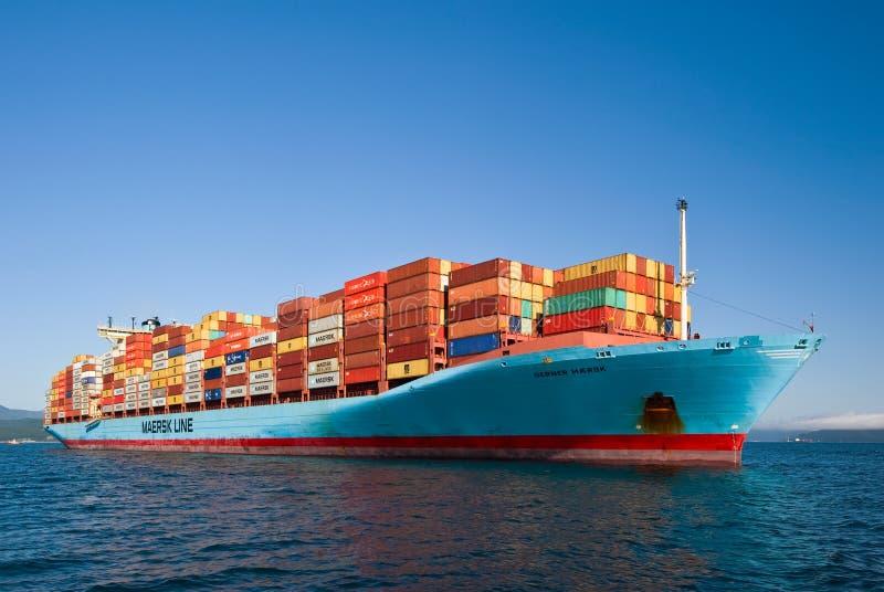 Nakhodka Rússia - 22 de agosto de 2017: Navio de recipiente Gerner Maersk na âncora nas estradas foto de stock