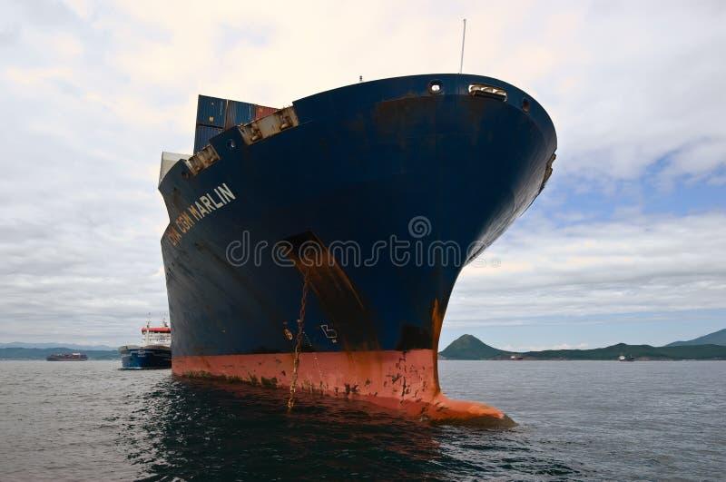 Nakhodka Rússia - 2 de agosto de 2015: Petroleiro Zaliv Nakhodka de Bunkering um grande espadim da CGM de CMA do navio de recipie imagens de stock