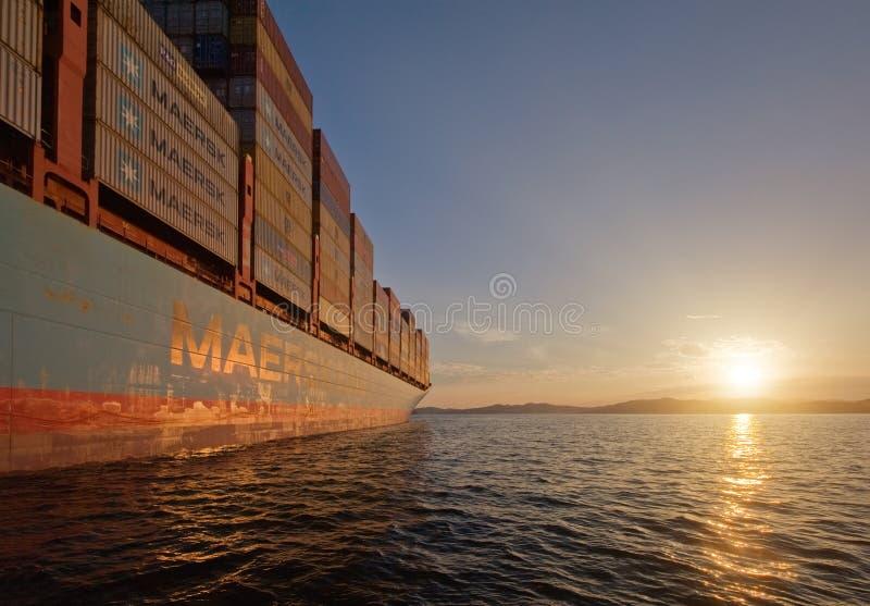 Nakhodka Rússia - 22 de agosto de 2017: Navio de recipiente Gerner Maersk na âncora nas estradas no sanset imagens de stock royalty free