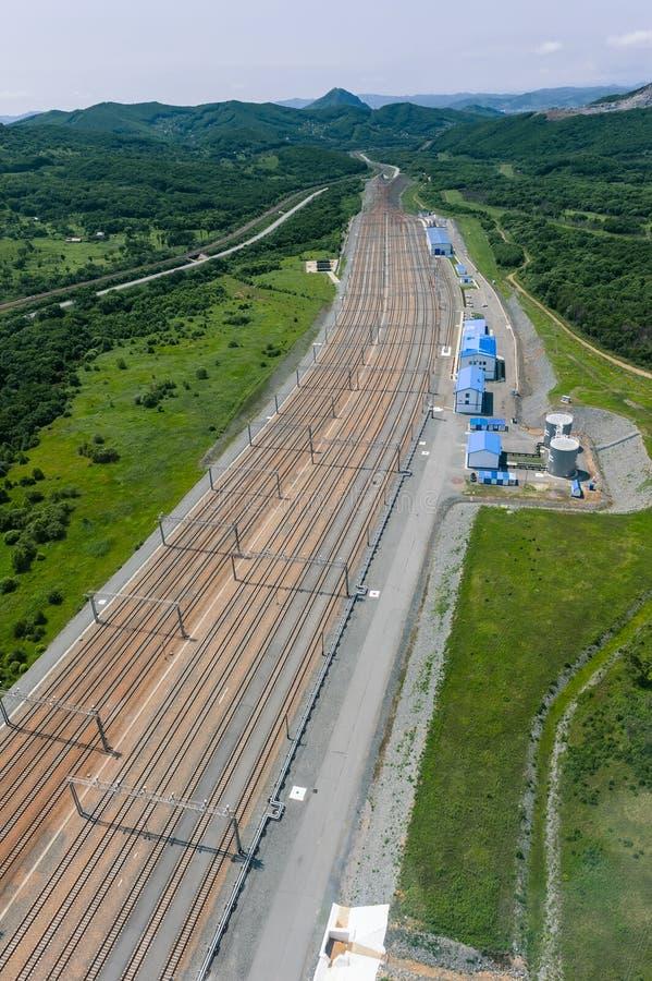 Nakhodka, Rússia - 5 de julho de 2019: Estação de trem para a recepção dos carros com empresa petrolífera bruta Transneft foto de stock royalty free