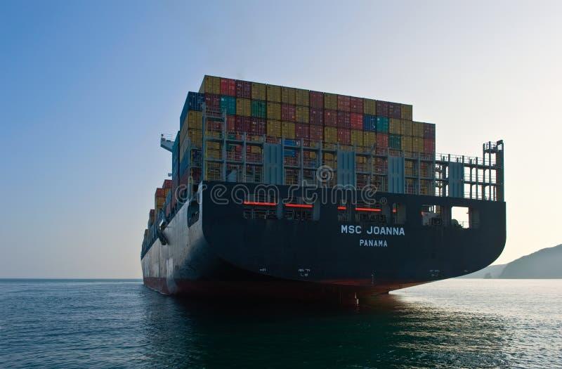 Nakhodka Ryssland - augusti 2014: Ett lastat containerfartyg MSC Joanna förankrade på vägen arkivfoton