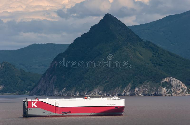 Nakhodka Ryssland - den 29 augusti 2019: Ro-ro-fartyget Niagara Highway på vägarna vid ankaret royaltyfri fotografi