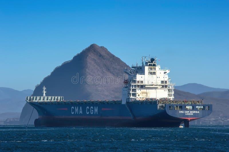 Nakhodka, Ryssland - 12 januari 2019: Det stora containerfartyget CMA CGM Georgia står i trafik royaltyfria bilder