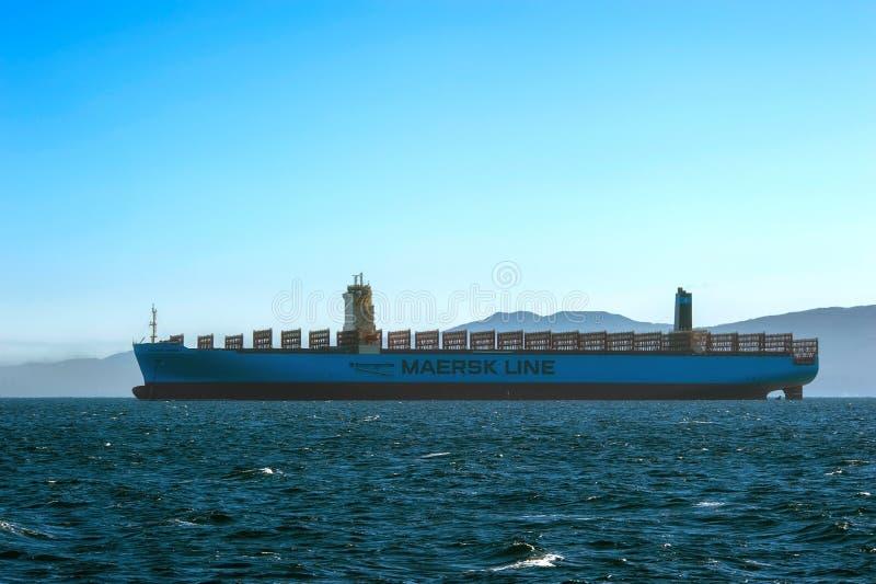 Nakhodka, Ryssland - 12 januari 2019: Det stora containerfartyget Maersk Havana står på vägarna arkivfoton