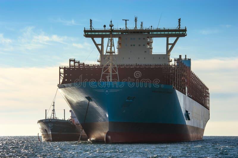 Nakhodka, Ryssland - 12 januari 2019: Tanker Ostrov Sakhalins bunkerfartyg Maastricht Maersk står i vägkanten arkivbilder