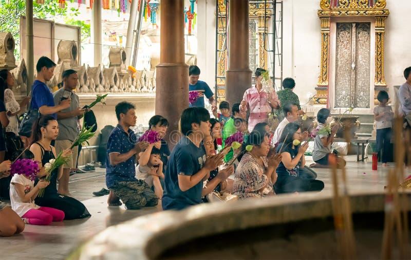 NAKHON PATHOM, ΤΑΪΛΆΝΔΗ - 25 ΑΥΓΟΎΣΤΟΥ: Οι επισκέπτες προσεύχονται και λατρεύουν το Βούδα σε Wat Rai Khing, ένας δημοφιλής βουδισ στοκ φωτογραφία με δικαίωμα ελεύθερης χρήσης