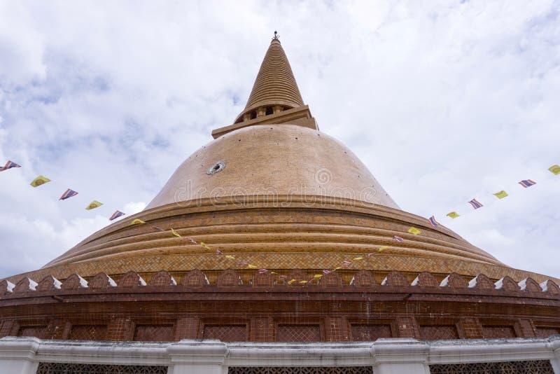 Nakhon Pathom - la TAILANDIA - 13 agosto 2018: Phra Prathom Chedi, la più grande pagoda fotografia stock libera da diritti