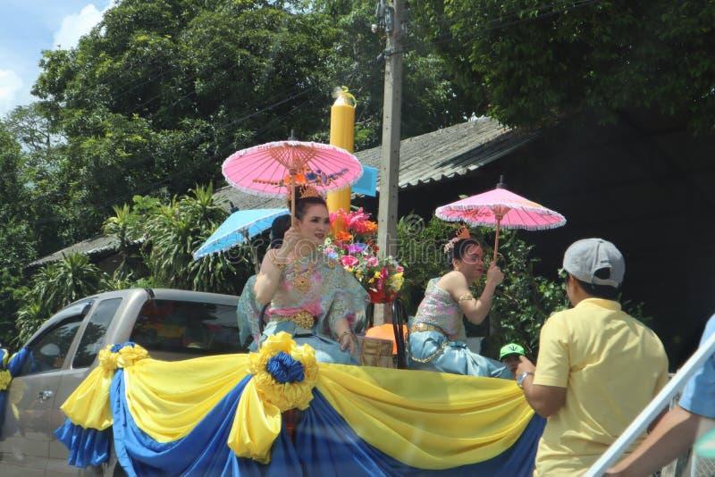 Nakhon Pathom landskap, Thailand - Juli 17,2019; Iklädd thailändsk kläder för Regn-reträtt eller buddistLent Festival Three kvinn arkivfoton