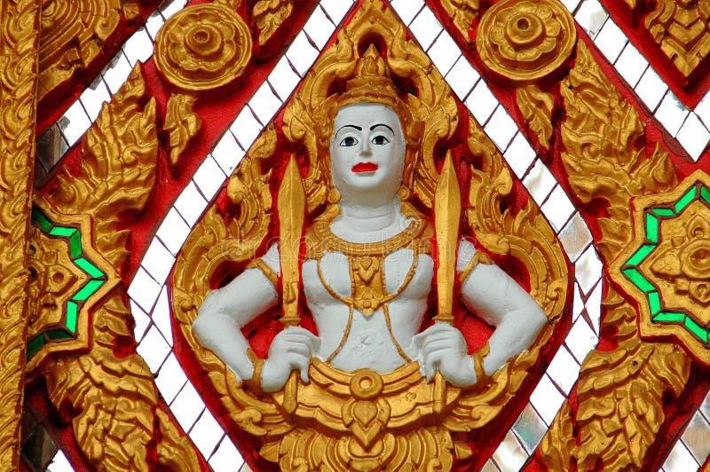 Nakhon, Pathom, Tailândia: Buda com espadas imagens de stock royalty free