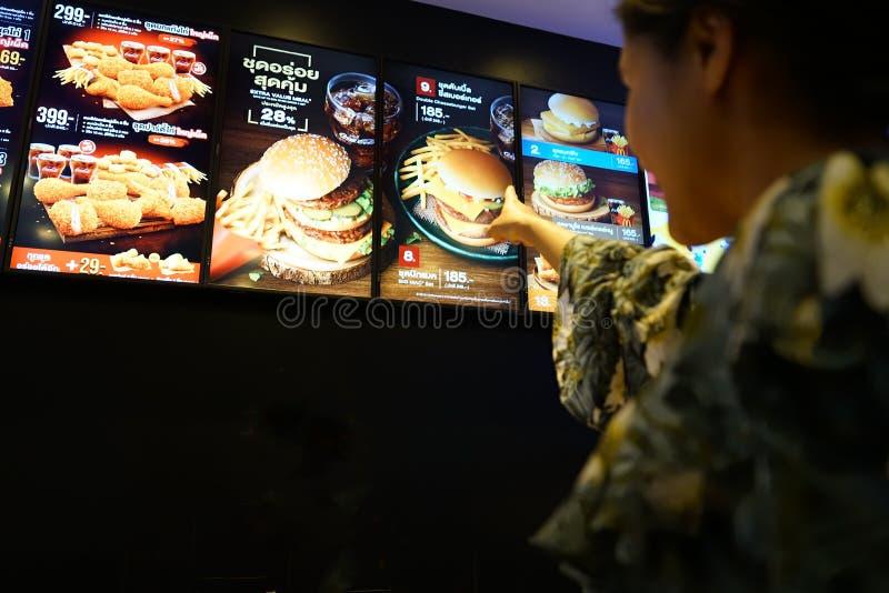 NAKHON PATHOM, TAILANDIA - FEBBRAIO 2018: la lista stabilita del menu dell'hamburger del ` s di McDonald a bordo immagini stock libere da diritti