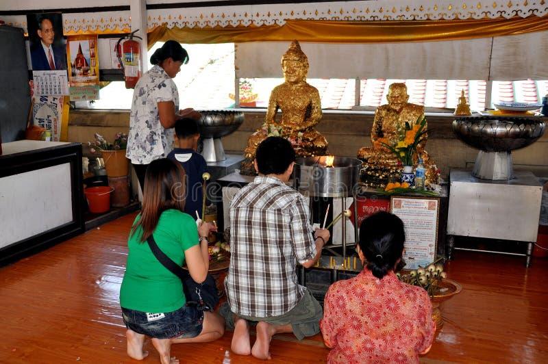 Nakhon Pathom, Tailandia: Thais fiel en el rezo foto de archivo libre de regalías