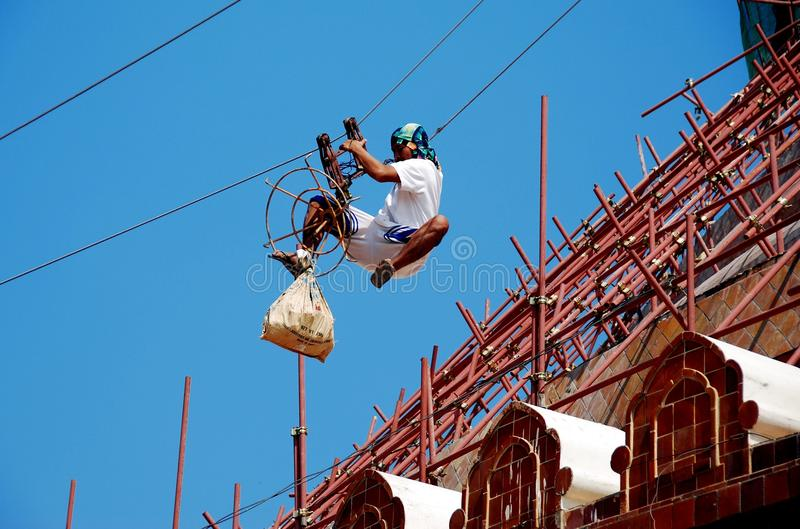 Nakhon Pathom, Tailandia: Trabajador que resbala abajo del cable foto de archivo