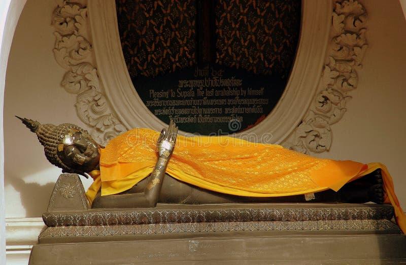 Nakhon, Pathom, Tajlandia: Buddha przy Tajlandzką świątynią obraz royalty free