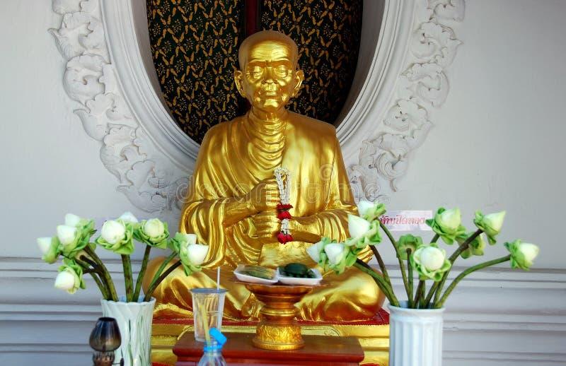 Nakhon, Pathom, Tajlandia: Michaelita postać przy Tajlandzką świątynią fotografia stock