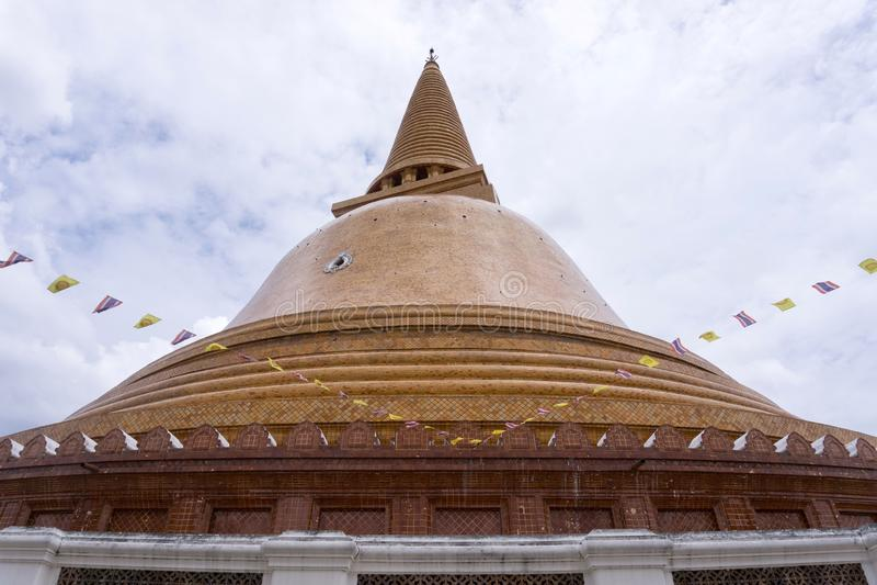 Nakhon Pathom - THAILAND - Augusti 13, 2018: Phra Prathom Chedi, den största pagoden royaltyfri foto