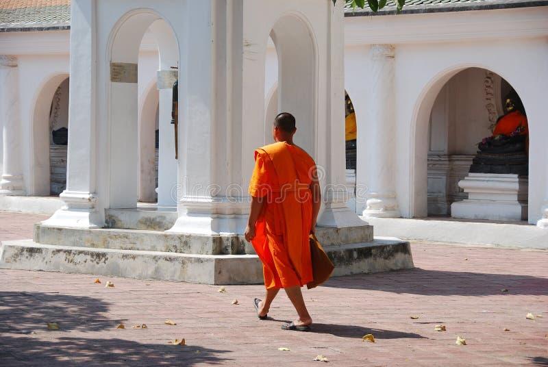 Nakhon Pathom Thailand: Munk på Wat Phra Pathom Chedi fotografering för bildbyråer