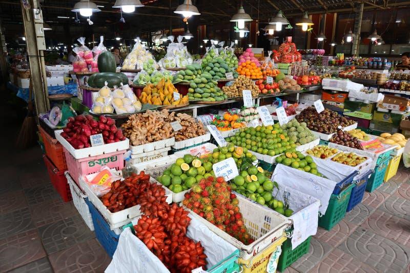 Nakhon Pathom, Thailand, 7 september 2019 på den thailändska marknaden för frukt, Don Wai Market Det finns många sorters frukter  royaltyfria foton