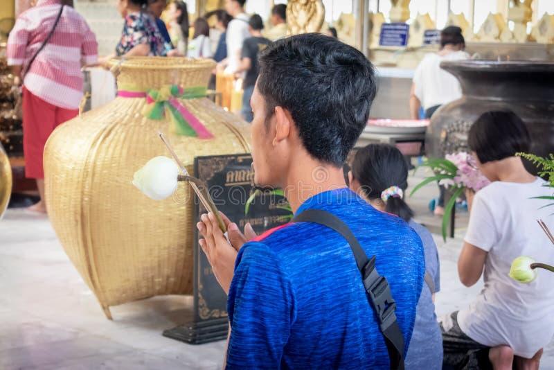 NAKHON PATHUM, ΤΑΪΛΆΝΔΗ - 4 ΑΠΡΙΛΊΟΥ: Το απροσδιόριστος άτομο προσεύχεται στο  στοκ φωτογραφία με δικαίωμα ελεύθερης χρήσης