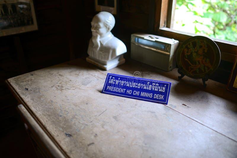 Nakhon Phanom, Tailandia - 11 agosto 2018: Ospiti che ascoltano la casa commemorativa di Ho Chi Minh immagini stock libere da diritti