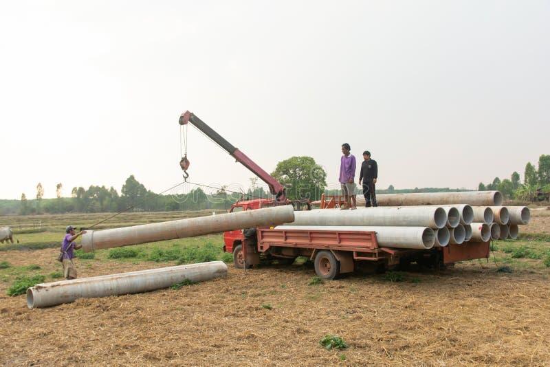 Nakhon Phanom, Tailandia 4 marzo 2019: Tubi concreti che caricano con il camion della gru immagini stock