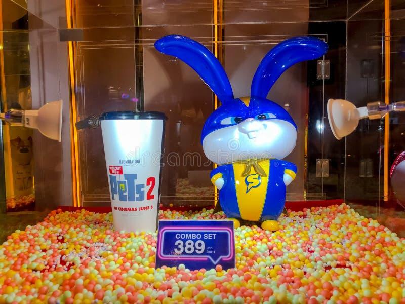 Nakhon Ratchasima/Таиланд - 23-ье июня 2019: ведро чашки безалкогольного напитка и попкорна снежного кома установило секретную жи стоковое фото