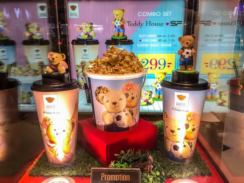 Nakhon Ratchasima/Tailândia - 14 de outubro de 2018: copo da casa da peluche e de cubeta da pipoca casa da peluche do grupo na pr fotos de stock royalty free