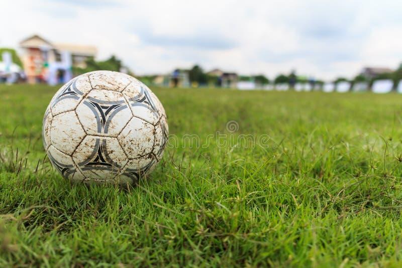Nakhon Ratchasima, Thaïlande - 1er octobre : Ballon de football boueux sur un terrain de football dans le stade municipal Nakhon  images stock