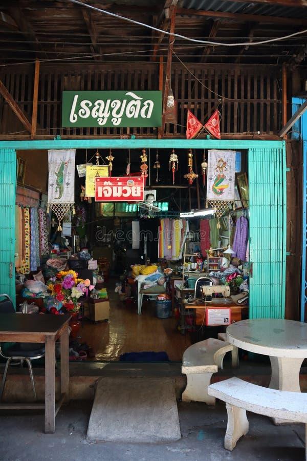 Nakhon Sawan, Tailândia, o 19 de maio de 2019, uma casa asiática antiquado do estilo, uma loja de vestido do vintage imagens de stock royalty free