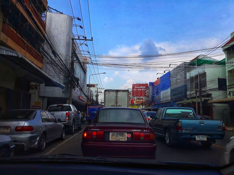 Nakhon Sawan, Tail?ndia Imagens do close-up do tráfego nas estradas na capital Fundo escuro escuro do céu na estação das chuvas foto de stock