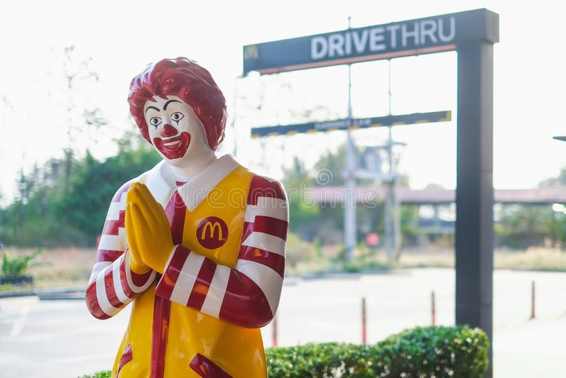 Nakhon Sawan, TAILANDIA - 1 de marzo de 2019: Mascota del restaurante de mcdonald, situación de Ronald McDonald delante del th de imagen de archivo libre de regalías