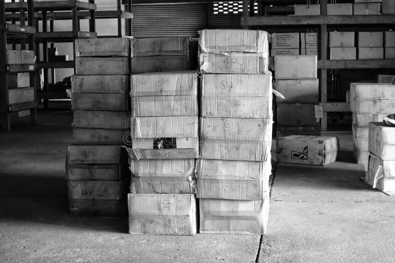 Nakhon Sawan, Tailandia, el 15 de mayo de 2019, cajas del almacén, edificios interiores, tono del vintage, imágenes blancos y neg fotos de archivo libres de regalías