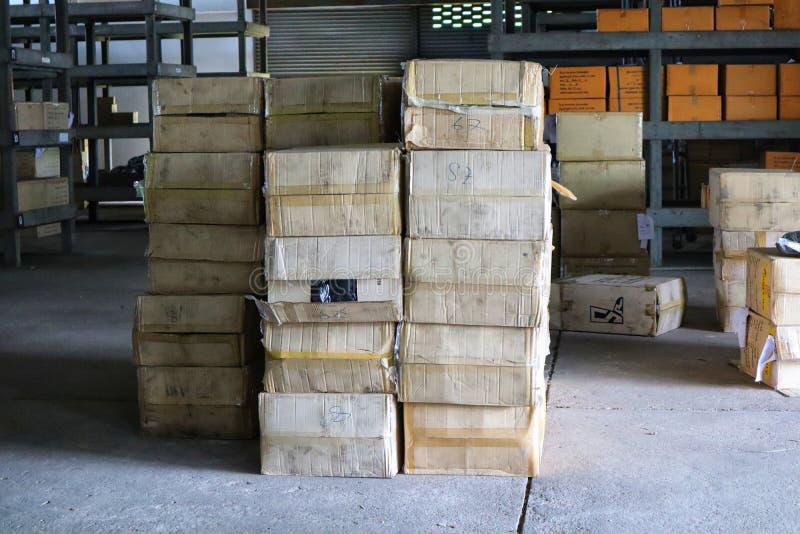 Nakhon Sawan, Tailandia, el 15 de mayo de 2019, cajas del almacén, iluminación interior, tonos del vintage imágenes de archivo libres de regalías