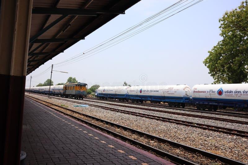 Nakhon Sawan, Tailandia, el 6 de mayo de 2019, el ferrocarril tailandés tiene un tren que lleve el aceite Parqueado en la estació imagen de archivo
