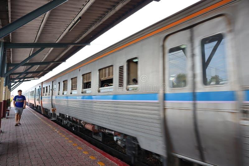 Nakhon Sawan, Tailandia, el 6 de mayo de 2019, el ferrocarril tailandés tiene un tren que sale de la estación fotos de archivo libres de regalías