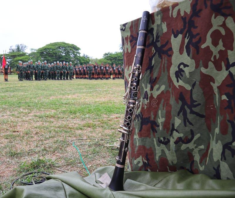 Nakhon Sawan, Tailandia, el 13 de mayo de 2019, instrumento del clarinete en fondo militar fotografía de archivo
