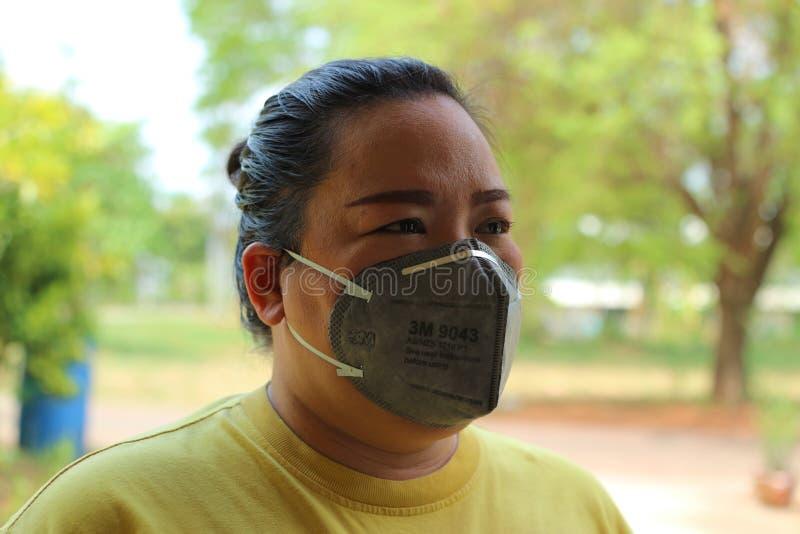 Nakhon Sawan, Tailandia, el 6 de mayo de 2019, ropa de mujer asiática una máscara para prevenir el polvo y el humo debido al tiem imágenes de archivo libres de regalías