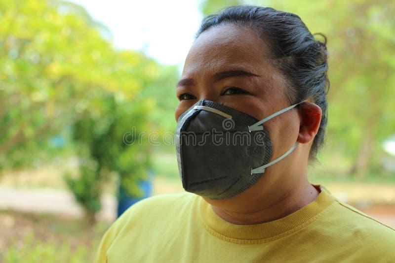 Nakhon Sawan, Tailandia, el 6 de mayo de 2019, ropa de mujer asi?tica una m?scara para prevenir el polvo y el humo debido al tiem fotos de archivo libres de regalías