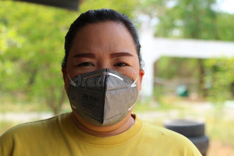 Nakhon Sawan, Tailandia, el 6 de mayo de 2019, ropa de mujer asi?tica una m?scara para prevenir el polvo y el humo debido al tiem imagenes de archivo